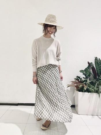 丈は長すぎないのでスッキリと着られます。スカートに合わせやすい着丈です。
