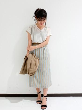 肩が隠れて脇も大きく開かないので、インナーを気にせず着用できます。 パンツ、スカートどちらにも合わせやすい丈感です。