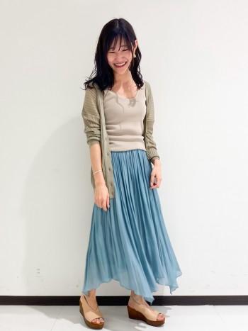 細リブですが、ぴったりし過ぎずに楽に着用できます。 ニットなのでインナー感がなく1枚で着ても女性らしくて素敵です。