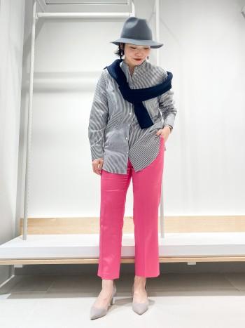 162㎝でMサイズ着用。はき込み位置は高ウエスト位置になります。 太ももからふくらはぎにかけてやや細くなるテーパードの形ですが足のシルエットを拾ってしまうほど細身ではありません。 さらっとした素材なので履きやすいです