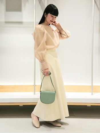 腰回りはフィットしていて、裾に向かって広がるデザインなのでシルエットがとてもキレイです!