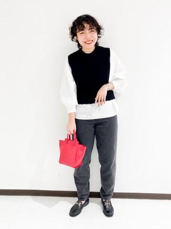 162cm通常Mサイズ着用 袖は7部袖くらいで、身幅は広過ぎずスッキリきられます。 裾はラウンドのデザインになり、脇にスリットがあるため、アウトでも合わせやすいデザインです。