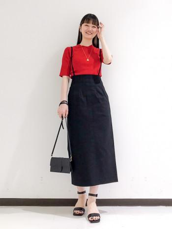 細めのサスペンダーでカジュアルになりすぎず大人っぽく着られるスカートです!