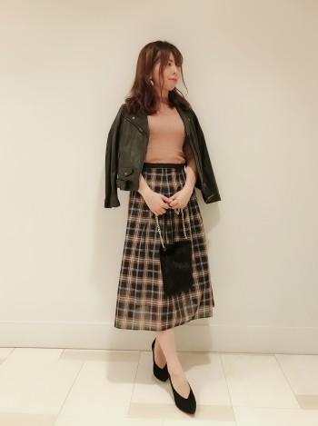 程よいフレア感が女性らしく上品です。裾に透け感があるので、秋らしいチェック柄も重くなりすぎず軽やかな印象になります。