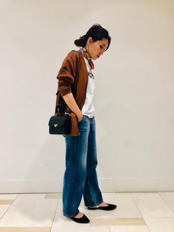 ルーズなシルエットですが、ガウンとして羽織るような軽い着心地が特徴です。 普段36サイズを着用しますが、よりルーズさを出すために38サイズを着用しております。