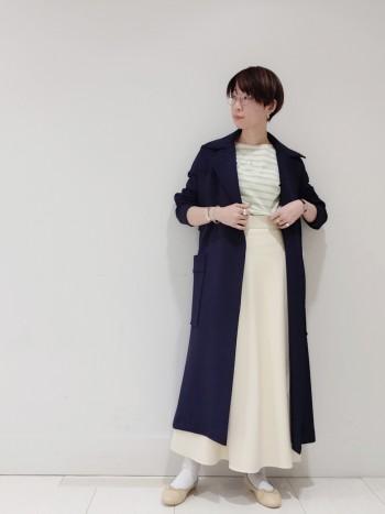 軽くてストレッチが効いていて、本当にパッと楽に羽織れます。 ちょっと厚手のニットやスウェットでも窮屈感の無いサイズ。 袖口に向かって細まった袖筒のデザインなので、ちょっとたくし上げて着ると抜け感が出ておすすめ。