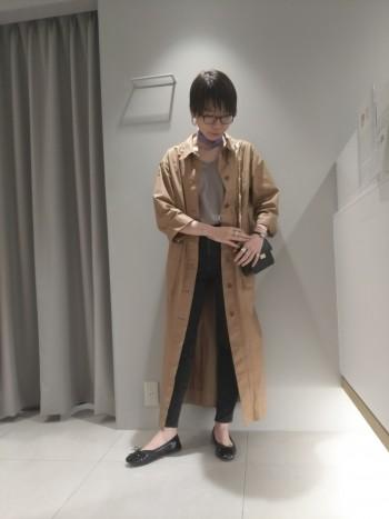 コート感覚で羽織りやすい軽め素材のワンピースです。 大きめのボタンとパッチポケットが特徴的でコーディネートのアクセントに。 サイドスリット無しなので、スリットありのワンピースに重ねても違和感無しで…