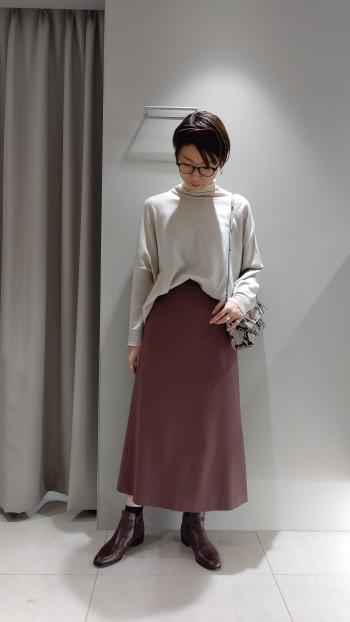 落ち着いた色味で意外にも何でも合わせやすいカラー! 腰回りはスッキリしたラインですが、セミフレアなのでヒップラインが気にならず、短めのトップスとも 安心して着れます。 このスカートはシルエットが綺麗なのでどのカラーもおすすめです!