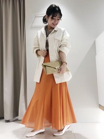 後ろ前使える2way仕様のスカートです!裾に透け感があるのでロング丈ですが重い印象にならないのもポイントです◎