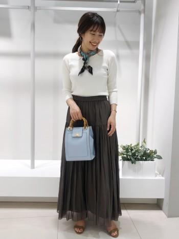 裾に透け感が出る為全体で見たときも重くなりすぎないです。小柄な方でもウエストでしっかり止まってくれるので着やすいです。(155cm着用)