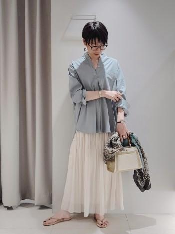 あえてのワンハンドルが大人っぽくてお洒落なデザイン。 ポケットと仕切りがあり小物が迷子になりにくい設計とショルダー用のベルトも付いて使いやすさ抜群。 ベージュは大人の為の雑材バッグです。