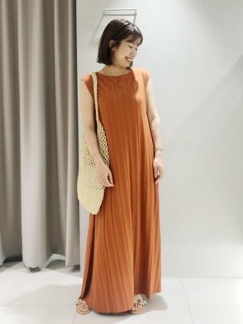 裾が足の甲につく長さです。引きずることはないので、フラットシューズで合わせても着られます。155cm以下の方はベルトでウエストマークするとすっきりしてより綺麗に着られます。