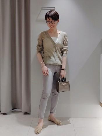 ストレッチ入りでとっても履きやすいです。 深みのあるグレージュカラー/裾もステッチのベーシックな仕上げなので、色合わせもしやすく上品に履けます。