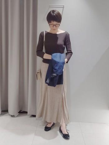 ウエストゴムでストレスフリーな履き心地。 たっぷり取られた布分量で、女性らしいふわっとしたシルエットが可愛いです! スウェットとカジュアルに着るのもおすすめ。
