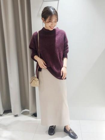 腰回りに程よくゆとりがあるタイトスカートです。くるぶしがちらっと見えるくらいの丈感です。