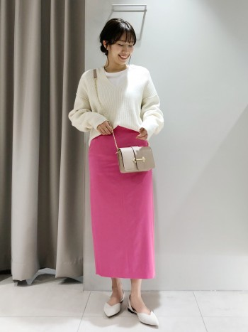 ゆるっと着られるサイズ感。前は丈感が短いので、スカートとの合わせもすっきり見えが叶います◎