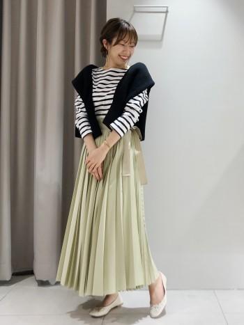 くるぶしにかかるくらいの丈感です。 ラップスカートなので、ウエスト調節ができ、いろんなサイズ感でお召しいただけます。