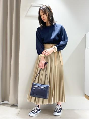 ウエストをリボンで調節出来るプリーツスカート。プリーツの大きさが違うので左右から見た印象が変わるので可愛いです。