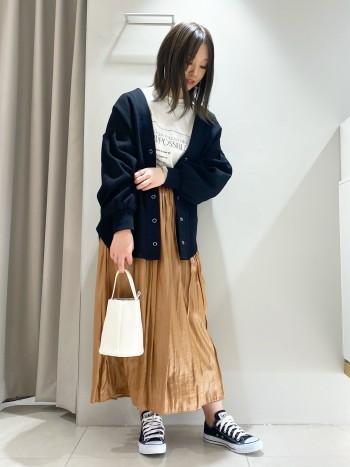通常のフェイクレザースカートに比べ軽く柔らかな履き心地です。派手過ぎないカラーなのでコーディネートしやすいアイテムです。