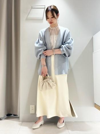 普段38サイズですが、こちらはウエストが少し大きめな印象。通常のレザーアイテムに比べて軽くて履き心地もよく、横から見たシルエットもキレイに見えるスカートです