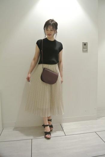 細かいドットのプリーツスカートは大人の 女性感溢れます。 歩くたび揺れが良いです。 細かいプリーツになっていて 秋冬にご堪能です。