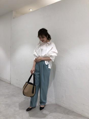 コットン素材で柔らかく着心地も良いです◎袖はふんわりしてますが、身幅はギャザーも無く収まりが良いのでボトムスによって雰囲気を変えられます。